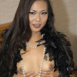 glamour-models-gone-bad/nyomi_zen-pearls_and_feather_boa-110212/pthumbs/nyomi_zen-pearls-03.jpg