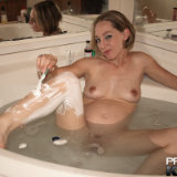 pregnant-kristi/6-shaving_legs_in_bathtub-031910/pthumbs/06.jpg
